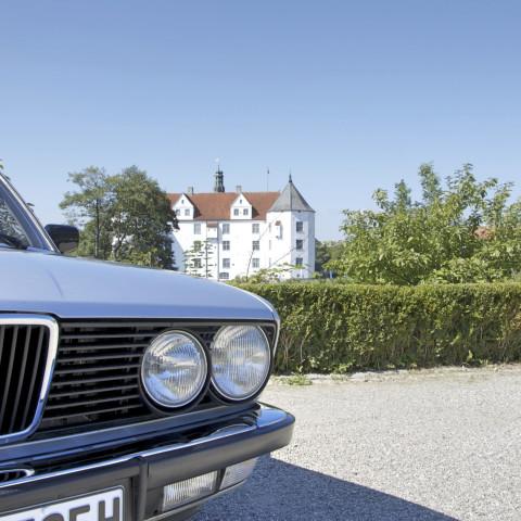 BMW 525i vor dem Glücksburger Schloss