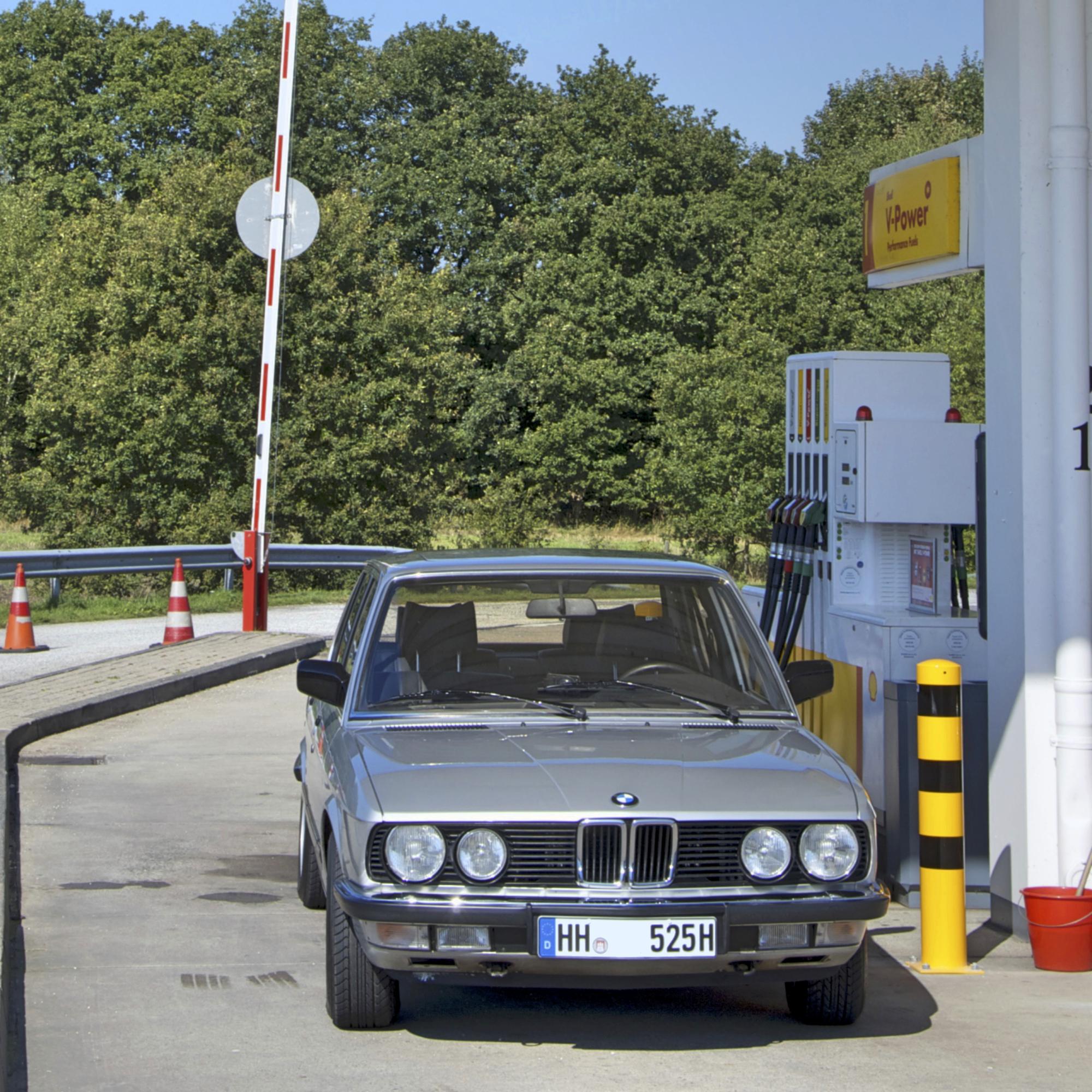 BMW 525i beim Tanken