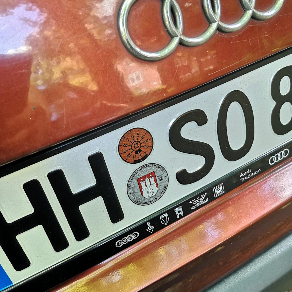 Kennzeichen mit HU Stempel